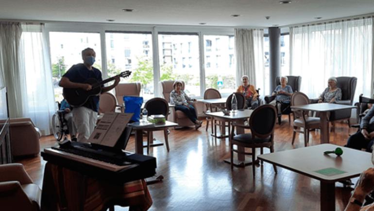 14/07/20 – Atelier musico thérapie au 1er étage avec Stéphane, notre musico thérapeute