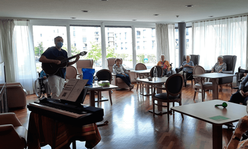 14/07/20 – Musiktherapie im 1. Stock mit Stéphane, unserem Musiktherapeuten